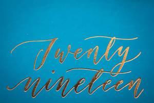 2019 - twenty nineteen - Schriftzug in Gold auf blauer Grußkarte
