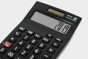 2019 wird auf einem Taschenrechner angezeigt
