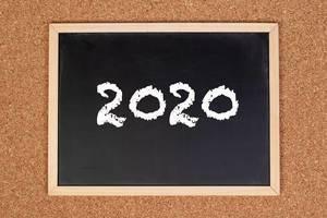 2020 auf einem schwarzen, gerahmten Tafel geschrieben