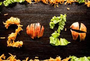 2020 aus gehacktem Salat, geriebenen Karotten und geschnittenem Apfel