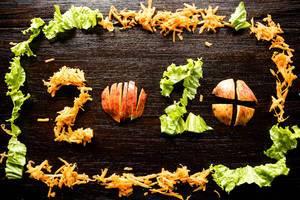 2020 aus gesunden Nahrungsmitteln auf Holz