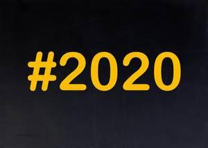 2020  mit Hashtag auf einer schwarzen Tafel geschrieben