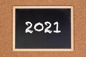 2021 auf einem schwarzen, gerahmten Tafel geschrieben