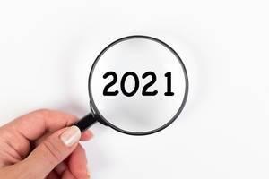2021 unter Vergrößerungsglas mit weißer Hintergrund