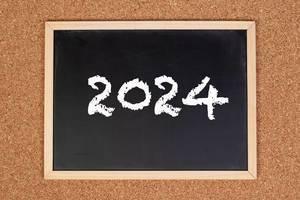 2024 auf einer schwarzen, gerahmten Tafel geschrieben