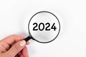 2024 unter Vergrößerungsglas mit weißer Hintergrund