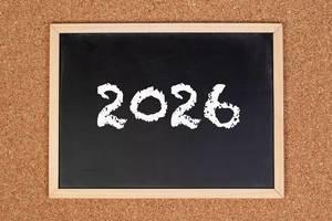 2026 auf einer schwarzen, gerahmten Tafel geschrieben