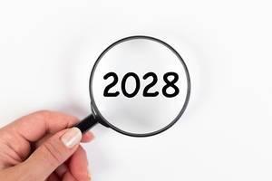 2028 unter Vergrößerungsglas mit weißer Hintergrund