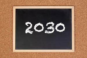 2030 auf einer schwarzen gerahmten Tafel geschrieben