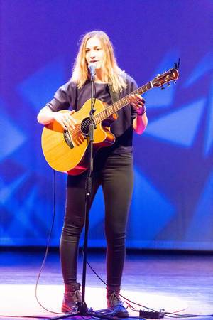 26 year old Dutch singer-songwriter Marit Trienekens bei der TEDxVenlo 2017