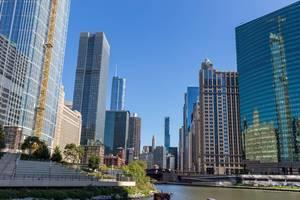 333 Wacker Drive (auf dem Foto rechts) und andere Wolkenkratzer in Downtown Chicago. Aufnahme von einer Bootfahrt für Touristen auf dem Chicago River