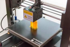 3D-Drucker beim Drucken einer Form
