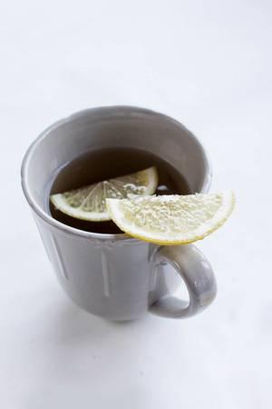 A cup of tea and a lemon slice