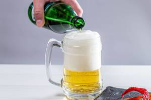 A man pours a bottle of beer in a beer glass (Flip 2019)