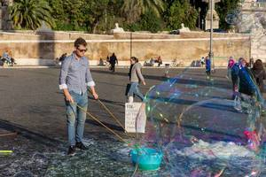 A young artist prepares his bubbles at the piazza del popolo in Rome