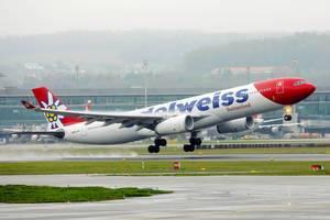 A330 Flugzeug der Fluggesellschaft Edelweiss Switzerland Airlines A330 startet vom Flughafen Zürich