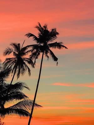 Abenddämmerung am Urlaubdsstrand mit rötlichen Wolken
