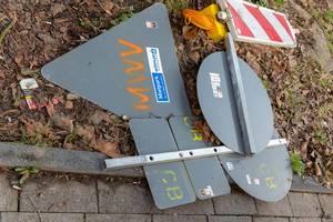 Abmontierte, auf dem Boden liegende Verkehrszeichen