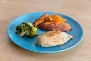 Abnehm-Mahlzeit - Meal Prep- Hühnerbrust mit Broccoli und Süßkartoffeln