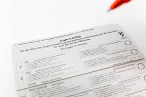 Abstimmung für die Europawahl 2019 auf einem hellen Wahlschein für Briefwähler, mit einer Liste der deutschen Parteien