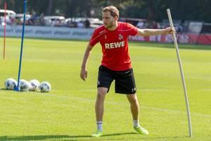 Abwehrspieler Benno Schmitz beim Training, mit Fußbällen im Hintergrund