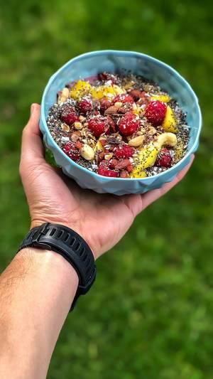 Acai Bowl mit Quinoa, Himbeere, Mango, Cashewnüssen und Trockenfrüchten