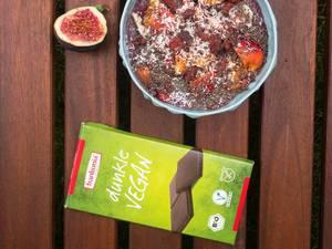 Acai-Bowl mit veganer Schokolade und Feigen