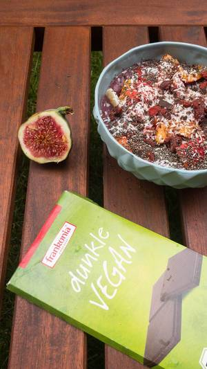 Acai Bowl with vegan Chocolate and Figs
