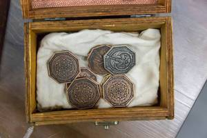 Achteckige LARP Münzen in Holzschachtel