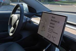"Active air conditioning in a parked Tesla for the dog mode: ""My owner will be right back"" - display text in German"