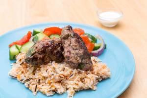 Adana-Köfte mit Basamti-Wildreisen, Tomaaten-Gurken-Salat und Joghurt