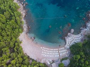 Aerial view of Sutomore Beach with sunbeds (Flip 2019)