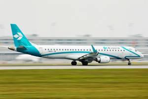Air Dolomiti Flugzeug startet vom Flughafen München