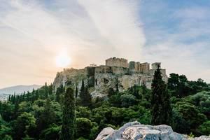 Akropolis-Zitadelle hinter einem grünen Park mit verschiedenen Bäumen