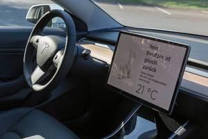 """Aktive Klimaanlage im Tesla-Hunde-Modus bei heißen Temperaturen: """"Mein Besitzer ist gleich zurück"""" - Displayanzeige"""