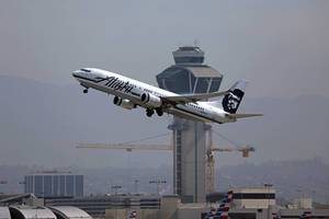 Alaska Airlines N548AS plane taking off from Los Angeles Airport
