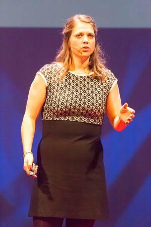 Alie de Boer zeigt auf wieso es wichtig ist sich mit Nahrung kritisch auseinander zu setzen - TEDxVenlo 2017