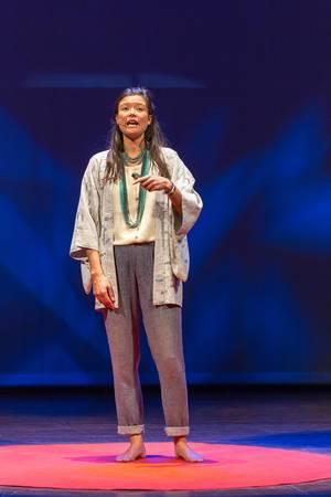 Alie de Boer zeigt auf wieso man Nahrung kritisch betrachten sollte - TEDxVenlo 2017