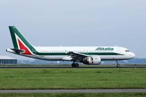 Alitalia Flugzeug auf dem Rollfeld des Amsterdam Schiphol Flughafens