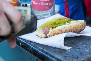 All-Beef Chicago Hot Dog mit Salzgurke und Peperoni bei Relish Chicago Hot Dogs