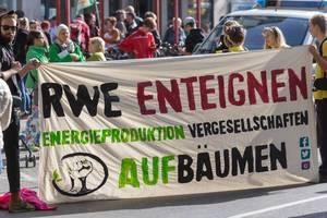 """Alle fürs Klima-Demonstranten fordern: """"RWE Enteignen - Energieproduktion Vergesellschaften"""""""