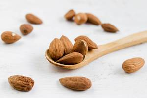Almonds on wooden spoon (dt. Mandeln)