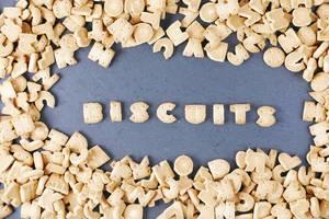 Alphabet Buchstaben als Kekse mit der Schrift Biscuits in der Mitte