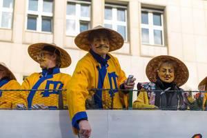 Als Asiaten verkleidet beim Rosenmontagszug - Kölner Karneval 2018