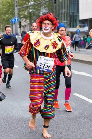 Als Clown gekleideter Läufer läuft barfuß - Frankfurt Marathon 2017