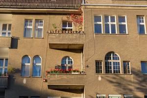 Altbaugebäude mit Balkons mit schönen Blumen