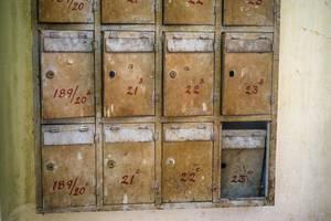 Alte Briefkästen in einem Wohnungsgebäude in Chinatown, Saigon