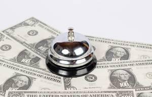 Alte Rezeptionsklingel für Hotels auf Dollarnoten