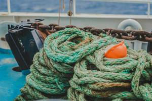 Alte Schiffstaue in türkis-blau