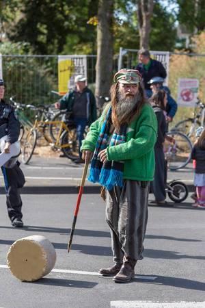 """Alter Hippie mit Gehstock beim globalen Klimastreik """"Alle fürs Klima"""" der Fridays for Future Bewegung"""